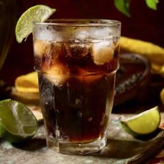 Peru Libre cocktail - Peru libre est la version péruvienne du célèbre cocktail Cuba libre. Nous remplaçons le rhum par du pisco.  Le pisco est notre distillation de raisins péruviens qui contient 42% d'alcool.