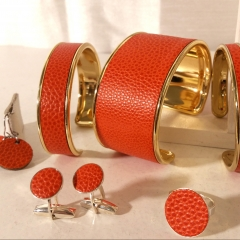 """Collection """"cuir luxe"""" - Les cuirs""""luxe"""" :  Les cuirs « haut de gamme » que nous utilisons offrent une très grande résistance à l'usage, ils se nettoient tout simplement avec un savon naturel. L'ensemble de notre collection est réalisée avec un cuir « Arbola grainé galuchat » qui provient de la tannerie CARRIAT située au coeur du Pays Basque à Espelette, adopté également par les plus grandes marques de luxe. La tannerie Remy Carriat est certifiée EPV (Entreprise du Patrimoine Vivant) pour la qualité exceptionnelle de ses cuirs et le savoir-faire de ses ateliers. Le Taurillon ARBOLA  est un  article réalisé sur des peaux de taurillon, c'est un cuir pleine fleur imprimé avec un grain GALUCHAT. D'aspect brillant, le grainé Galuchat est mis en valeur par une patine à la main, qui donne au cuir un double ton très naturel."""
