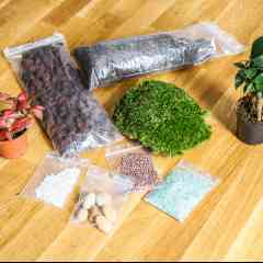 Kit Terrarium personnalisé - <p>Composez-vous même votre terrarium végétal et impressionez vos amis !</p> <p>Créez tout d'abord votre kit en sélectionnant les mini-plantes que vous préférez, les décorations ainsi que le bocal. Puis à l'aide d'une notice explicative, suivez pas à pas les étapes pour composer votre univers floral en bocal.</p>