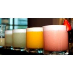 """Pisco Sour - Le pisco sour est originaire du Pérou, c'est un cocktail préparé avec du pisco et du jus de citron. La dénomination du nom vient de l'union des mots """"pisco"""" (un type de brandy de raisin qui a 40% d'alcool) qui a été découvert dans la ville du même nom, et """"aigre"""" (en référence à la famille des cocktails qui utilisent du citron dans le cadre de leur recette). Il est considéré comme le cocktail national et nous célébrons chaque année, le premier samedi de février, la fête annuelle en l'honneur de Pisco Sour."""