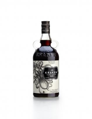 ALCOOL - RUM - <p>Depuis son lancement aux Etats-Unis en 2010, The Kraken Rum connaît une croissance fulgurante de ses ventes, et est devenue la 4e marque du marché nord-américain.<br /><br />Avec son positionnement large, son esthétique originale et la force d'un nom mythique, The Kraken Black Spiced Rum s'inscrit aujourd'hui dans une stratégie de développement mondial.</p> <p>La bouteille de Kraken est un modèle déposé, réplique des authentiques flacons Victoriens dont la particularité résidait dans les deux anses qui permettaient une meilleure préhension dans le transport et la consommation directe. Les deux anses rappellent également les tentacules du Kraken.</p> <p>Les parfums fondants de rhums âgés de 12 à 24 mois sont relevés de 13 épices pour une exploration sensorielle harmonieuse dominée par la douceur de la vanille. La dégustation est généreuse et gourmande aux saveurs vanillées et giroflées avec des pointes de cannelle, de caramel, de gingembre, de café, de mélasse et des traces fruitées fonda</p>