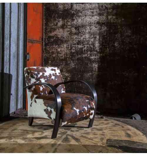 SYLPHIDE - Iconique et incontournable de la collection Duvivier Canapés, le fauteuil SYLPHIDE se démarque par l'élégante courbe de ses accoudoirs et le bombé de son assise et de son dossier. Esprit sellier dans sa version gainé de cuir ou évocation plus vintage en bois cintré, il se marie facilement avec tous les styles de mobilier. Il se dressera comme la pièce unique et design qui donnera son caractère et sa signature à votre décoration d'intérieur. Il se prête très bien à tous les cuirs d'exception de la collection Duvivier Canapés. Habillé des tissus des plus grands éditeurs, il arborera fièrement un esprit haute couture et déco. Coté confort, une assise ferme mise au point par les experts de la Maison.