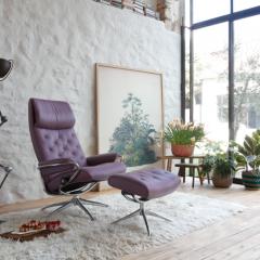 Fauteuil Stressless® Metro, piètement étoile, en cuir Paloma Purple Plum - <p><strong>Stressless® la joue vintage …avec toujours beaucoup de style!</strong></p> <p>Avec son grand <strong>dossier capitonné</strong> sur pied en acier rotatif, le fauteuil Stressless® Metro s'inspire du <strong>design norvégien</strong> et rend <strong>hommage au tout premier fauteuil de la marque</strong>. Véritable clin d'œil à la <strong>tendance rétro</strong>, il séduira tous les <strong>amoureux du vintage</strong> à la recherche d'une pièce à la fois originale et contemporaine.</p> <p>En Paloma Purple Plum, il révèle tout son style et joue sur la douceur d'une couleur issue des dernières tendances.</p> <p><strong></strong></p>