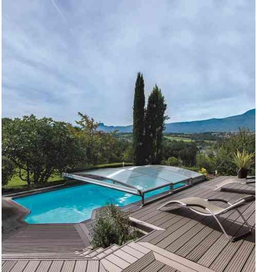 Abri de piscine bas télescopique Stretto - Stretto présente tous les atouts de maniabilité offerts par nos technologies, tout en restant incroyablement compact. Particulièrement discret et élégant, il trouve naturellement sa place dans les environnements les plus contemporains.