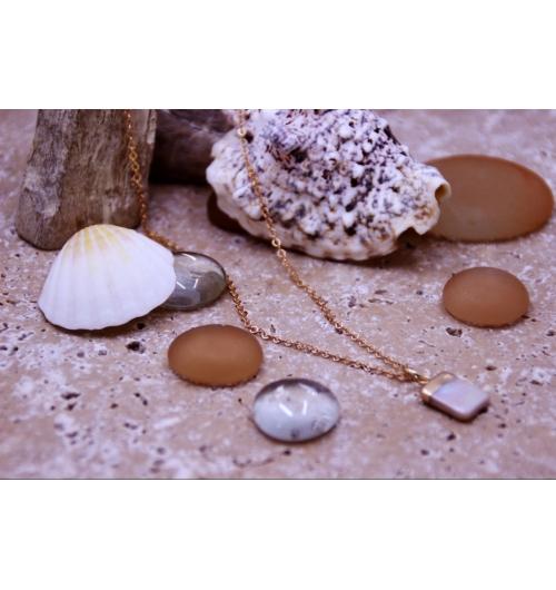 Collier Shell - Le collier SHELL et son pendentif perle d'eau douce naturelle nacrée est revisité avec une ligne dorée. Baroque ce collier apportera un style romantique et chic à votre look. Adapté pour les jeux de multiples pendentifs, vous pouvez le personnalisé en y ajoutant des pendentifs plumes, coquillages selon vos envies...  La forme originale carrée du pendentif diffère des modèles plus courant en forme de poires, cylindres ou sphères.  Les perles d'eau douce sont originaires du Japon et de Chine. Elles sont appelées Biwa en référence au Lac Biwa au Japon dans lequel on les trouve. Fabriqué en France   * Les pendentifs de perles d'eau douce sont naturels, leur forme, taille et couleur peuvent variés.