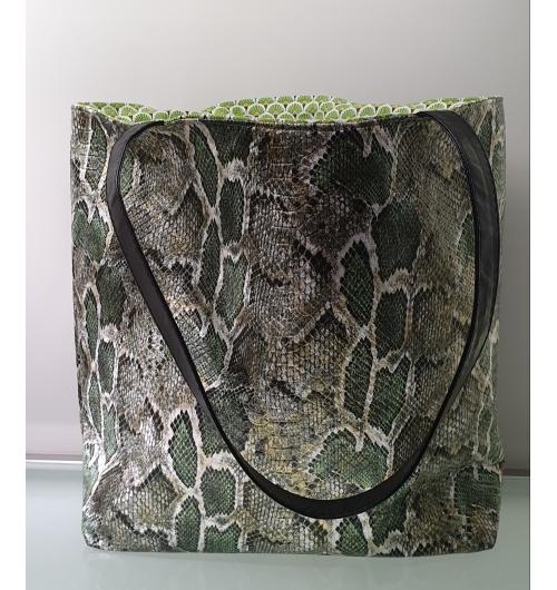 """Cabas Reiko """" Green Snake"""" - Cabas en simili cuir motif python vert se porte aussi bien avec un jean qu'une robe.  Chaque cabas est unique de part la doublure qui ne sera jamais la même.  Je les confectionne tous à la main de A à Z."""