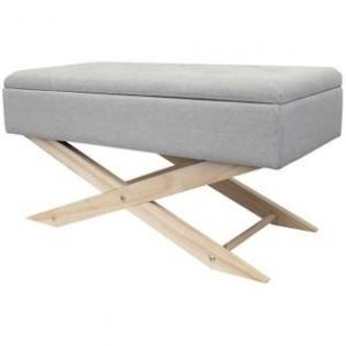 Banc Pouf avec rangement - <p>Optimisez l'espace dans votre séjour ou dans une chambre avec ce coffre de rangement que vous pourrez également utiliser en tant que siège. Le modèle possède un revêtement en tissu gris clair et des pieds en bois brut.</p> <p>Dimensions:79.5x39.5x41.5 cm</p>