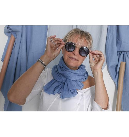Chèche Bleu pastel uni - Taillé dans un tissu 100% voile de coton, votre chèche bleu pastel risque bien d'être adopté par toute la famille. Votre chèche bleu complète à merveille votre garde-robe chic ou décontractée selon les circonstances. Léger mais protecteur, il assurera la transition entre la mauvaise et la belle saison tout en douceur. Il constitue une belle idée cadeau pour un Noël ou un anniversaire. Ce chèche bleu mesure 2 mètres de long pour 75 centimètres de large.