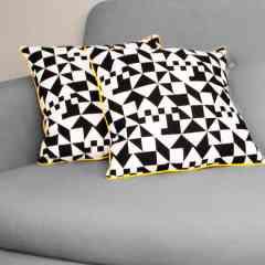 Coussin carré motifs géométriques noirs & blancs - <p>Ce coussin tout doux saura sublimer votre salon avec son côté chic et graphique s'il est posé sur le canapé ou dans votre chambre s'il agrémente votre lit.</p> <p>Réalisé avec un tissu aux motifs géométriques noirs et blancs (recto et verso), ce coussin est de taille moyenne, agrémenté d'un passepoil jaune et rembourré de polyester, non déhoussable.<br />Il est fermé à la main par quelques points glissés pour une meilleure finition.</p> <p>Ce coussin, 100% fait main, a été réalisé avec amour par Julie dans notre atelier à Paris.</p>
