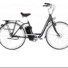 MODEL T - Rappelant le design sobre et discret des vélos hollandais, notre vélo électrique vous ravira par son confort et sa praticité. Unisexe, le MODEL T s'adapte à tous, quel que soit votre morphologie grâce à son enjambement. Ses roues de 28 pouces rendront toutes vos sorties très agréables. Pour que vous puissiez profiter du MODEL T en toute aise, la hauteur et l'inclinaison de la potence sont ajustables, ainsi que la hauteur de la selle. Cette dernière, réputée pour son confort, vous garantira des heures de conduite avec un bien-être optimal.