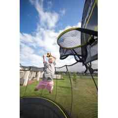 Panier de Basket Trampoline  - Springfree Trampoline - Utilisez le Panier de Basket FlexrHoopTM pour faire des dunks ! Idéal pour les enfants (et les adultes). Il a été créé pour être flexible en toute situation et donc aucun risque de blessure