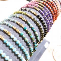 Bracelet FOLIE pierres fines - Ravissant et très fin, ce bracelet plaqué or et pierres fines, fermeture par noeud coulissant. Convient à toutes les tailles de poignet. Existe en plusieurs versions: amazonite, cornaline, morganite, améthyste etc...