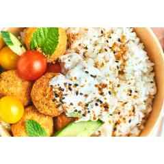RICEBOWL végétarien - Riz japonais, falafels (x4), sauce tzatziki maison, salade de crudités & coriandre