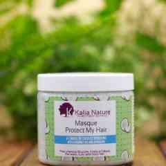 """Masque capillaire Protect My Hair """"coco/spiruline"""" - Ce masque à l'odeur agréable de Noix de Coco nourrit et répare la fibre capillaire en profondeur pour des cheveux plus doux et brillants. Et à la spiruline, actif marin excellent fortifiant capillaire, pour fortifier et réparer vos cheveux.   Appliquez le sur cheveu mouillé. Séparer vos cheveux en plusieurs sections (quatre à six portions) afin d'appliquer le masque. Pour vous donner une notion, il vous suffira d'une noisette de produit par section. Plus vous risquez de saturer vos cheveux. La qualité de ce masque n'en sera que plus efficace, si vous mettez la juste dose de produit. Ce masque peut s'utiliser avant ou après le shampooing. Laisser poser un minimum de 30 minutes sous un bonnet chauffant, de la cellophane ou une serviette chaude.  Utilisation 1 à 2 fois par mois en phase d'attaque, puis tous les mois en phase d'entretien.  La Spiruline : Protège et fortifie la fibre capillaire, favorise la pousse et aide à sublimer les boucles. La spiruline est très riche en protéines et en fer, et contient énormément de bêta-carotène, d'oligo-éléments et d'acides gras. Cette algue est recommandée comme complément alimentaire bio dans plusieurs traitements, notamment pour le soin des problèmes capillaires et la fortification des cheveux qui tombent."""