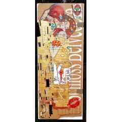 """Klimt...Kiss - Tableau sculpté imitant le carton.Libre interprétation du tableau de klimt, ou l'inconnu est symbolisé par spiderman suggérant le soft power culturel américain voulant """"baiser"""" la culture européenne se défendant avec un simple petit """"canif"""" ...Mise en sécurité de l'Europe """"http petit cadenas"""" sur l'épaule Tableau en bois sculpté imitant le carton. Techniques mixtes: Sculpture, aérographe, aérosol et pochoir. Feuilles d'or et d'argent. En tag KISS...Pochoir de fond """"Schloss Belvedere"""" lieu d'exposition du tableau de Klimt."""