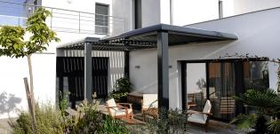 Pergolas - <p>Alliance de l'élégance et de la matière. Nos pergolas réalisées en aluminium, de différentes formes et avec divers équipements permettent d'agrandir et d'améliorer les espaces extérieurs.</p> <p>Concentré de technologie et de design, les pergolas à lames orientables régulent naturellement la température et la luminosité de votre terrasse, de votre patio, de votre balcon… et ceci en toute saison.</p> <p>Au-delàdes formes, nos pergolas sont équipées destores pare-soleil, d'éclairage, de brumisateurs, etc. Elles peuvent être combinées à l'infini.</p> <p>Selon vos besoins et votre désir, nous effectuons</p>