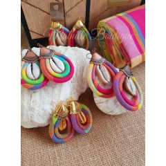 Boucles d'oreilles Mabulle - Boucles d'oreilles artisanales avec des cauris authentiques. Ce sont des modèles en édition limitée, modèle original de Mabulle Boutique.  Vous les trouverez en wax , en madras, en lanières cirées, en Ebène ... et bien d'autres modèles sur place.