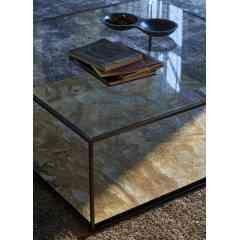 KARUSA - Emblématique de la collection , la gamme KARUSA est appréciée pour la sobriété de sa ligne et la légèreté que lui donne sa structure fine en acier noir. Les éléments essentiels, que sont la table basse et la console, sont complétés par une bibliothèque, un meuble TV, un écritoire et un bureau- coiffeuse. La variété des éléments se conjugue avec les nombreuses finitions possibles pour les plateaux, entre verre transparent ou fumé, chêne teinté et laque.