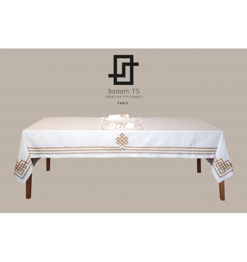 Linge de table Or N°12 - <p>Une nappe en lin (origine Italie) brod&eacute;e de ruban mat dor&eacute;, associ&eacute;e &agrave; des sets et serviettes de table &eacute;galement orn&eacute;s de rubans entrelac&eacute;s. Pour un d&eacute;jeuner chic tout en lumi&egrave;re!</p> <p>R&eacute;alisation sur-mesure (selon la taille de votre table) sans surco&ucirc;t. Plusieurs choix de coloris pour les rubans.</p> <p>Made in Paris par Badam TS dans sa Boutique Atelier.</p>