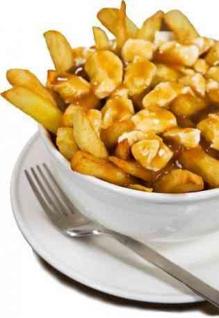 Poutine - <p>Plat emblématique du Québec, la poutine est composée de frites, de sauce brune et de fromage en grains. Traditionnelle ou revisitée au goût du jour, la poutine a désormais sa place en toutes occasions et partout sur le globe, lors des repas sur le pouce entre amis comme à la table des grands chefs. Dites OUI à ce plat québécois réconfortant et rassembleur, cuisiné et servi avec amour par les gourmets de La Petite Cabane à sucre de Québec !</p>