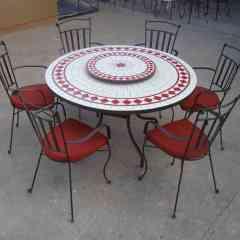 Ensemble table et chaises en mosaïque et fer forgé.