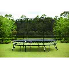 Grand Ovale Trampoline O92 - Springfree Trampoline 2,4m x 4m - Notre trampoline large ovale est parfait pour les familles avec des enfants d'âges variés. Un rebond doux, réactif conçu pour les jardins étroits. PAS DE RESSORTS = PLUS DE SURFACE DE SAUT  La surface de saut de notre trampoline ovale de 2.4m x 4m est équivalente à un trampoline traditionnel de 3m x 4.6m. Le trampoline large ovale permet de maximiser votre surface de saut et de gagner de la place précieuse dans votre jardin.
