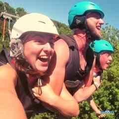 Balançoire géante - Partagez un moment unique jusqu'à 3 personnes. Vous êtes treillés jusqu'à 55 mètres de hauteur puis avec son système d'auto-déclenchement, vivez une chute libre impressionnante et une traversée de la vallée à 130 km/h