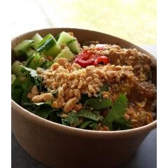 Satay - Base de riz Thaï parfumé au jasmin, filet de poulet mariné, sauce à la cacahuète, pickles de choux rouge, concombre, coriandre fraîche et cacahuètes concassées