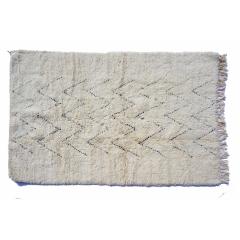 Tapis berbère béni ouarain du Maroc. - <p>Ma s&eacute;lection de tapis berb&egrave;res b&eacute;ni ouarain noir et blancs est confectionn&eacute;e &agrave; la main par les femmes berb&egrave;res tisseuses du Moyen-Atlas marocain.</p> <p>Plus d&rsquo;un mois de travail est n&eacute;cessaire pour cr&eacute;er une de ces pi&egrave;ce charg&eacute;e d&rsquo;histoire.</p> <p>Les femmes berb&egrave;res des montagnes du Moyen Atlas tissent au gr&egrave;s de leurs envies et de leurs humeurs. Chaque couleur et symbole ne sont pas simplement choisis dans une d&eacute;marche d&rsquo;esth&eacute;tisme mais dans celle de la symbolique.</p> <p>Ces pi&egrave;ces toutes uniques ne sont pas simplement belles, elles repr&eacute;sentent une vie, des dizaines d&rsquo;&eacute;motions.</p> <p>Acqu&eacute;rir un tapis berb&egrave;re c&rsquo;est voyager dans le temps et l&rsquo;espace.</p>