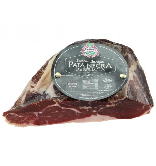 PATA NEGRA BELLOTA JAMBON IBERIQUE DEMI - Le plus fameux des jambons du monde est sans nul doute le Pata Negra Bellota. Ce jambon sec haut de gamme est exquis en bouche, avec une texture fondante qui ravira les grands amateurs de charcuterie. Le jambon iberico est issu d'un savoir-faire artisanal qui se transmet de génération en génération, dans les paysages uniques de l'ouest de l'Espagne.