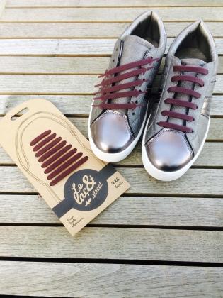 Laçets  - <p>Le laç& propose 3 gammes :</p> <p>- Le laç& Street</p> <p>Le laç& Street est l'accessoire : fun, tendance et personnalisable à l'infini ! Plus de 15 couleurs pour customiser ses sneakers ! <br />Évidemment, ces nouveaux lacets plats élastiques s'adaptent à toutes les marques de chaussures (Converse, Adidas, Nike, New Balance, Vans …).</p> <p>- Le laç& City</p> <p>Le modèle laç& City, de forme ronde, décliné en 8 couleurs vient remplacer en toute discrétion et avec élégance les lacets ordinaires. <br />Il permet d'enfiler ses chaussures bien plus facilement qu'avec un laçage classique et assurent un maintien et un confort absolu durant toute la journée.<br />C'est l'accessoire chaussure pratique, indispensable du quotidien.</p> <p>- Le laç& Kids</p> <p>Fini la galère des noeuds à la maison et à l'école ! Les laç& Kids permettent à tous les enfants d'enfiler facilement leurs chaussures. <br />Avec ces 2 finitions, ronde ou plate, et ses multiples couleurs, le laç& Kids est une idée magique pour les enfants comme pour les mamans.</p>