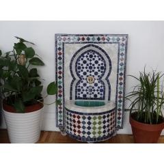 Fontaine Zellije - <p>C'est le vrai art du zellije marocain avec ses diff&eacute;rents motifs et coloris que nous traduit cette fontaine enti&egrave;rement faite &agrave; la main.<br />Le zellige est fabriqu&eacute; &agrave; partir de carreaux de terre cuite, peints, vernis et enfin taill&eacute;s aux bonnes mesures du motif et de la taille choisis</p>