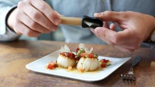 Les Assaisonnements à tailler  - <p>Vous recherchez LE produit innovant et gourmand ? Les Assaisonnements à tailler sont là ! Il s'agit de savoureux condiments sous forme de crayons à tailler pour relever vos assiettes. Nos OCNI ont été développé avec amour par notre Savant Food dans les Cévennes selon une recette 100% naturelle et végétale. Taillez, dégustez et partagez !</p> <p>Saveurs disponibles : </p> <p>Citron confit : idéal avec poisson, salades et crudité</p> <p>Piment et ail : idéal avec pizzas, cuisine italienne et viande grillée</p> <p>Sauce soja et cèpe : idéal avec pâtes à la crème, potages et risottos</p> <p>Gingembre : idéal avec cuisine asiatique </p> <p>Nouveauté foire de paris 2018 : Assaisonnement à tailler piment d'espelette - Assaisonnement à tailler au sel des salins du midi</p>