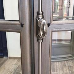 Fenêtre en Bois Tradilou - Naturellement isolant (thermique et acoustique), le bois offre un aspect authentique et noble.   Les fenêtres et portes fenêtres Tradilou ont la particularité d'être à rive droite, et sont dotée du'ne fermeture à mouton et gueule de loup.   En terme d'étanchéité, on relève un assemblage traditionnel à double enfourchement afin d'assurer la solidité de votre fenêtre.   La peinture de vos menuiseries de la marque ATULAM sont garanties 12 ans.   Découvrez les finition intérieures huilées, et les volets battants intérieur sur notre stand.