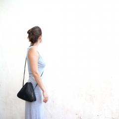 sac triangle géométrique minimaliste en chambre à air - Sac fabriqué principalement avec de la chambre à air recyclée // Intérieur feutre bleu ou rouge // Etanche // Poids: 350 grammes environ //  Dimensions (cm): Côté 25 - Profondeur:7  // 1 pochette intérieure zippée // Lavé avec des produits écologiques