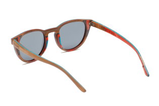 Lunettes en Bois - <p>Les COLORZ existenten plus de 10 coloris différents, vous trouverez forcément un mix de couleurs qui vous correspond. Bleu, vert, orange, rouge, marron, il y en a pour tous les goûts !</p> <p>Les lunettes COLORZ sont fabriquées avecle même procédé qu'une planche de skateboard. De multiples épaisseurs de bois d'érable coloré, sont collées pour former une monture solide et résistante. Nous avons adapté cette technique de fabrication pour rendre ces lunettes ultra-légères, confortables et fun. Nous utilisons uniquement des verres polarisés, protégeant 100% des UV400. Parfait pour flâner à la plage ou en montage ! Les verres polarisés neutralisent les reflets, permettent une vision d'une pureclartéen améliorant les contrastes.</p>