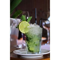 Amazonas - Le cocktail Amazonas est similaire à un mojito, mais au lieu du rhum, nous ajoutons du pisco et donnons la couleur verte en ajoutant une touche de sirop de menthe.