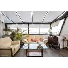 VEGA / VEGA COMPACT - Protection solaire pour les vérandas bois ou aluminium avec chevrons tubulaires, le store VEGA coulisse horizontalement et s'enroule dans un coffre thermolaqué à la couleur de la véranda. Le VEGA prévu pour une fixation en applique (sur sablière ou faitière) peut s'harmoniser aux vérandas architecturées par ses différentes formes. Le VEGA COMPACT prévu pour une pose en plafond possède un coffre intégral avec joues pour les vitrages isolés. Le store se manoeuvre aisément grâce à un système à cordon, une manivelle ou un moteur filaire (interrupteur ou radio) ou sans fil (batterie ou solaire). Forme rectangulaire uniquement.