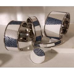"""Collection """"marqueterie de cuir"""" de luxe - Collection marqueterie : La technique traditionnelle pour réaliser la marqueterie de cuir consiste à tracer et à  découper délicatement les pièces de cuir à l'aide d'outils spéciaux. La difficulté suivante est d'assembler, entre-eux, des petits bouts de cuir, pour venir habiller le support en métal. Les étapes de réalisation sont longues et très minutieuses, chaque bracelet étant unique, il y a toujours des variations d'un modèle à l'autre.  Les associations couleurs se déclinent à l'infini et sont personnalisables sur demande."""