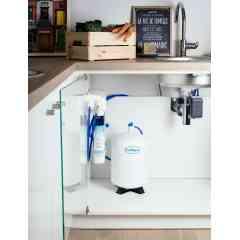 Osmoseur AC 1000 Premium - Grâce à l'osmoseur Culligan, profitez d'une eau plus pure : supprimez le chlore, les pesticides, les nitrates et les résidus médicamenteux éventuellement présents dans l'eau que vous buvez.  Bénéficiez ainsi d'une eau idéale pour boire et cuisiner : · Dégustez une eau sans mauvais goût ni mauvaise odeur, · Utilisez une eau purifiée pour laver vos fruits et légumes, · Profitez de glaçons transparents et préservez ainsi le goût de vos boissons, · Retrouvez l'arôme et les saveurs de votre thé et votre café. Et, en plus, fini l'achat et le stockage d'eau en bouteille : vous réalisez des économies et participez à la protection de l'environnement. L'osmoseur Culligan s'installe facilement sous l'évier de votre cuisine. Grâce à son bouton innovant, le Click & Drink, il vous permet de bénéficier de l'eau filtrée Culligan à partir de votre robinet existant. Inutile d'en ajouter un 2ème !