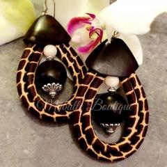 Boucles d'oreilles Ebène - Des Boucles d'Oreilles uniques de Mabulle boutique Toutes les parties en ébène sont taillées par un artisan , collaboration issue du commerce équitable.  Une perle d'Agathe au milieu de la boucles , entourée de wax. existe aussi en madras