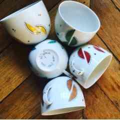 Tasse petit-déjeuner Massaï - appréciez votre boisson chaude du matin dans une grande tasse. Diam 11cm H 9cm. Travail à la plume, au pinceau et putoisage. Cuisson du décor à 840°. Compatible lave-vaisselle et micro-ondes. Pièce unique ou petite série.