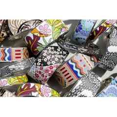 Bracelet jonc métal et cuir imprimé - Les bracelets joncs et manchettes « Arya France » sont ouverts sur l'arrière, s'adaptant ainsi à la plupart les morphologies.  Cela permet également d'enfiler le bracelet aisément et de l'ajuster au poignet en l'ouvrant, ou le refermant légèrement.  Le design sobre allié à un cuir unique, font de nos bracelets, des accessoires de mode raffinés qui se portent à toutes occasions.