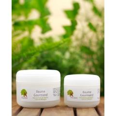 BAUME GOURMAND - Le Baume Gourmand lutte contre les cheveux secs/cassants, nourrit, apporte de la brillance et permet de sceller l'hydratation grâce à sa composition en : Beurre de karité améliore la texture des cheveux et les rend plus doux. C'est parce qu'il est riche en acides gras essentiels que l'on obtient ce toucher soyeux : ces acides gras essentiels pénètrent rapidement les cheveux, referment leurs cuticules, et adoucissent chaque cheveu. Il protège l'hydratation des cheveux Huile de coco redonnera du volume aux cheveux, les nourrira et leur donnera de l'éclat. Les qualités de l'huile de coco qui pénètre facilement le cheveu, permettront de le nourrir, et de lui apporter tous les éléments nécessaires à une bonne croissance et une bonne santé.  Beurre de mangue apporte de véritables soins en renforçant la cuticule du cheveu, il lui apporte éclat et brillance. Nourrissant et émollient, il répare et assouplit la fibre capillaire. Il prévient la formation des fourches  Huile essentielle de Cannelle active la circulation sanguine et la stimule efficacement Existe en 2 formats 50ml et 100ml