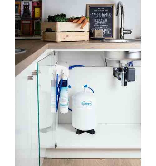AC 1000 Premium - Grâce à l'osmoseur Culligan, profitez d'une eau plus pure : supprimez le chlore, les pesticides, les nitrates et les résidus médicamenteux éventuellement présents dans l'eau que vous buvez.  Bénéficiez ainsi d'une eau idéale pour boire et cuisiner : · Dégustez une eau sans mauvais goût ni mauvaise odeur, · Utilisez une eau purifiée pour laver vos fruits et légumes, · Profitez de glaçons transparents et préservez ainsi le goût de vos boissons, · Retrouvez l'arôme et les saveurs de votre thé et votre café. Et, en plus, fini l'achat et le stockage d'eau en bouteille : vous réalisez des économies et participez à la protection de l'environnement. L'osmoseur Culligan s'installe facilement sous l'évier de votre cuisine. Grâce à son bouton innovant, le Click & Drink, il vous permet de bénéficier de l'eau filtrée Culligan à partir de votre robinet existant. Inutile d'en ajouter un 2ème !