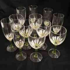"""Vins et flutes """"Coccinelle dans marguerite"""" - <p>Vins et flutes à champagne """"Coccinelle dans marguerite"""", chaque verre est unique...</p> <p>Technique et entretien: Peints à la main à l'extérieur, cuits au four, lavage au lave vaisselle possible.</p>"""