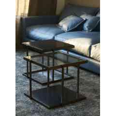 TABLE RIO - Inspiration nouvelle pour des tables tout en sobriété. Le créateur met en avant des matières nobles telles que le bois, le métal et le verre pour un résultat chic et épuré.