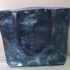 Cabas Reiko Skull blue - Cabas en simili cuir bleu incrusté de tête de mort se porte aussi bien avec un jean qu'une robe.  Chaque cabas est unique de part la doublure qui ne sera jamais la même.  Je les confectionne tous à la main de A à Z.