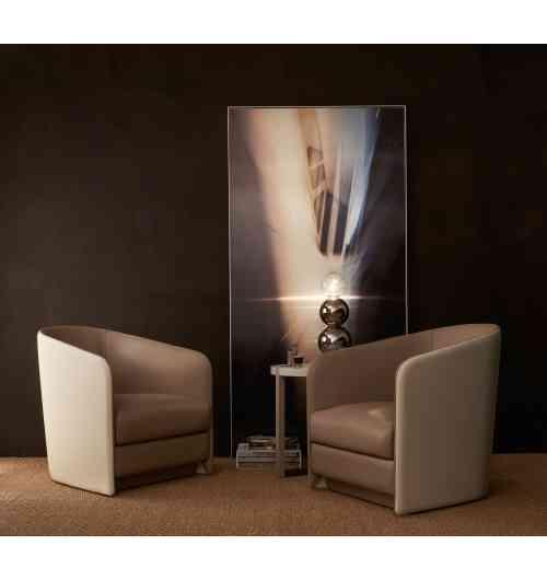 HORTENSE - Le fauteuil bridge HORTENSE s'est vu décerner le Label VIA (Valorisation de l'Innovation dans l'Ameublement) pour l'innovation et la qualité de son design. Elégant, ce petit fauteuil, de faible encombrement, trouvera sa place aussi bien dans une pièce à vivre que dans une entrée ou un bureau. Le soin apporté par les artisans selliers à la confection du modèle souligne tout le raffinement de ce fauteuil. Seul ou en complément dans un salon, le fauteuil HORTENSE, sera un intemporel de votre décoration.
