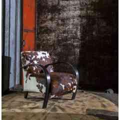 SYLPHIDE - Iconique et incontournable de la collection Duvivier Canapés, le fauteuil Sylphide se démarque par l'élégante courbe de ses accoudoirs et le bombé de son assise et de son dossier. Esprit sellier dans sa version gainé de cuir ou évocation plus vintage en bois cintré, il se marie facilement avec tous les styles de mobilier. Il se prête très bien à tous les cuirs d'exception de la collection Duvivier Canapés. Habillé des tissus des plus grands éditeurs, il arborera fièrement un esprit haute couture et déco. Coté confort, une assise ferme mise au point par les experts de la Maison.